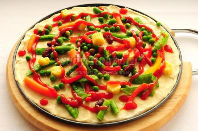 Вегетарианская пицца из слоеного теста с овощной смесью