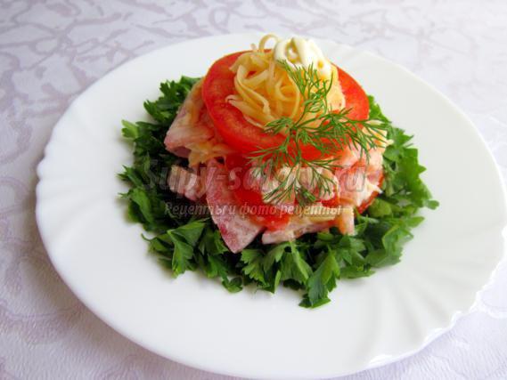 Пикантный салат с помидорами и сыром