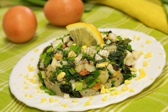 салат из крапивы с картофелем и яйцом