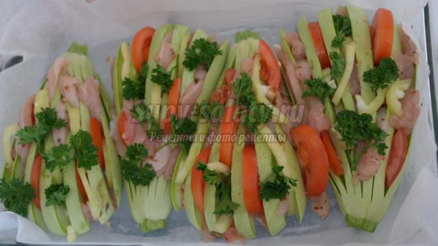 Запеченные кабачки с овощами и курицей