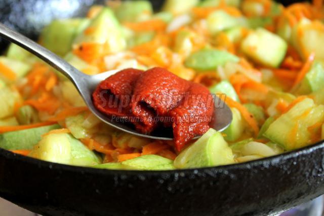 Кабачки, тушеные с овощами и томатной пастой