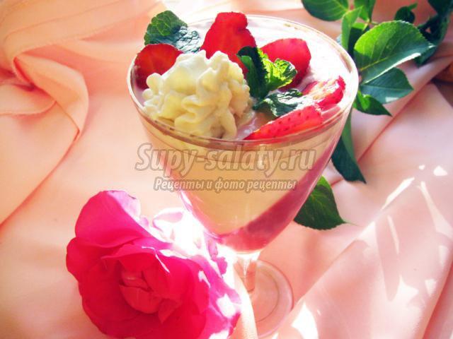 Клубничный десерт с творогом