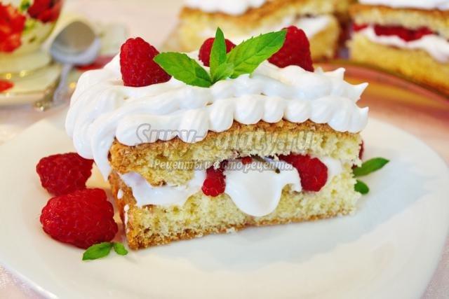 Бисквитное пирожное с малиной.