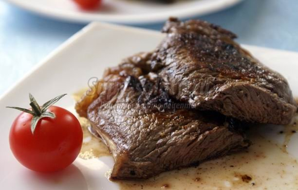 Аппетитный стейк из мраморной говядины