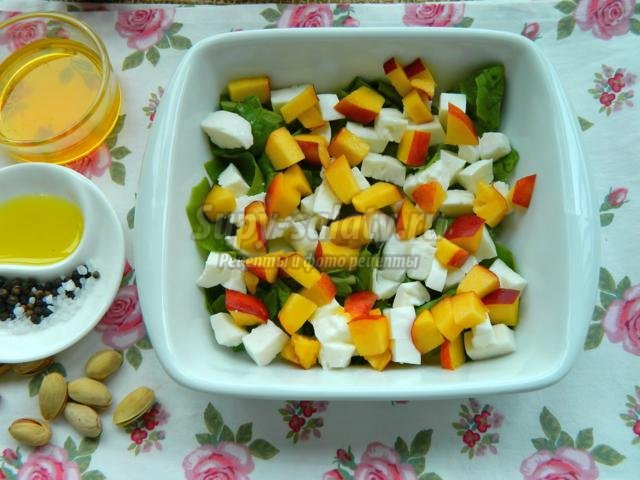 летний салат с нектаринами и Моцареллой