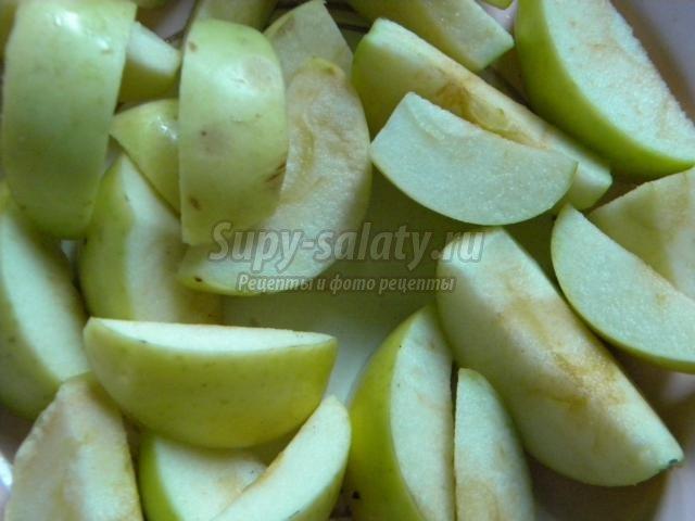 бисквит с яблоками и смородиной