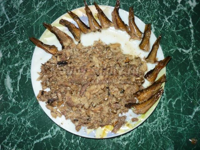 салат со шпротами. Рыбки в пруду