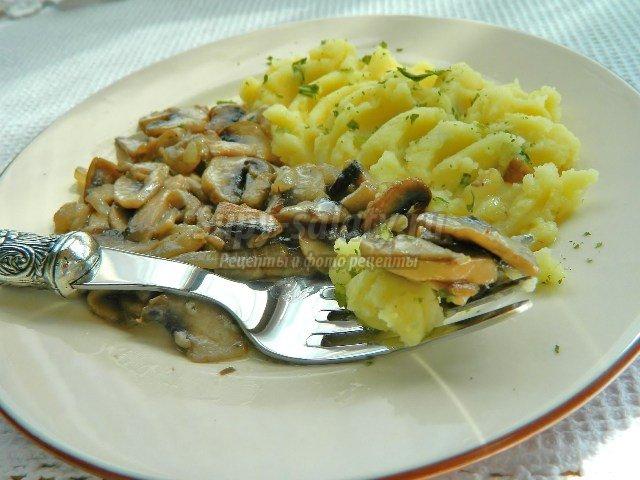 Шампиньоны жареные с луком в сливочном соусе