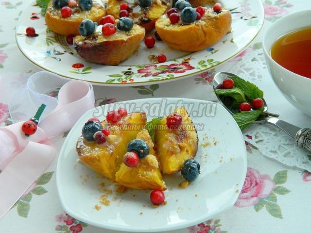 запеченные персики с ягодами и сгущенкой