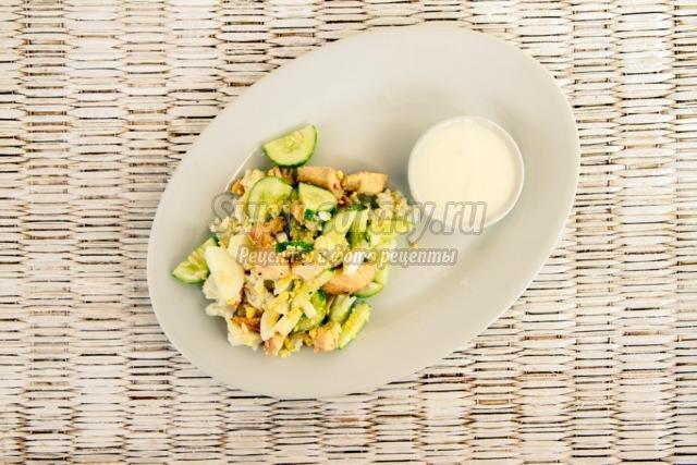 салат с жареной курицей и огурцами