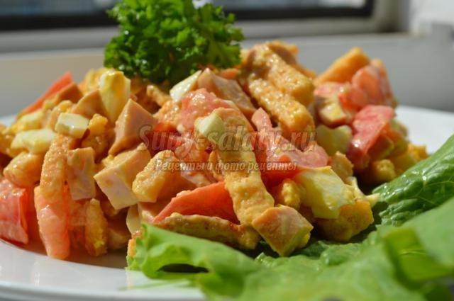 салат с сухариками, колбасой и помидорами
