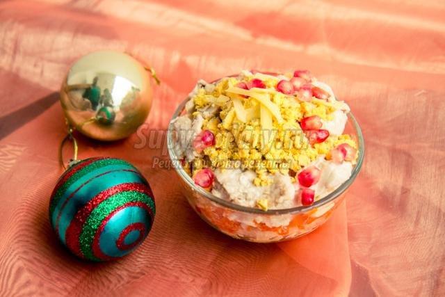 новогодний салат с гранатом, сыром и курицей