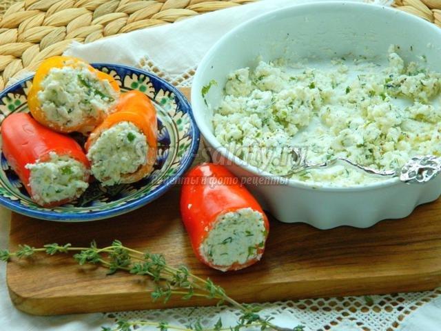 закуска из сладкого перца, сыра Фета и зелени с чесноком