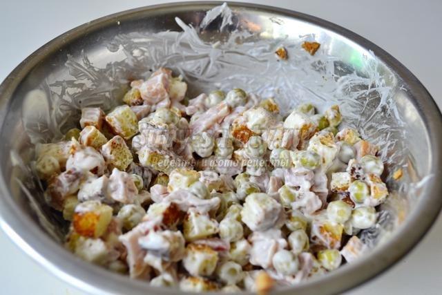Салаты с сухариками и копченым окорочком рецепты с