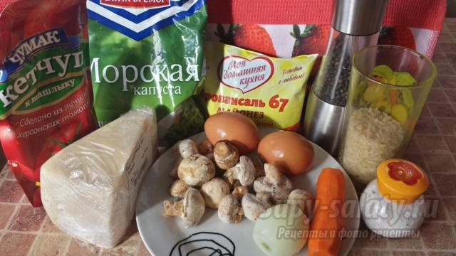 салат с грибами и рисом. Новогодние игрушки