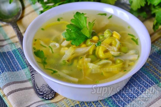 диетический суп с луком пореем, кукурузой, горошком и сельдереем