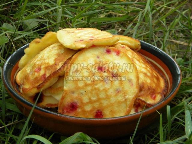бисквитные оладьи с брусникой