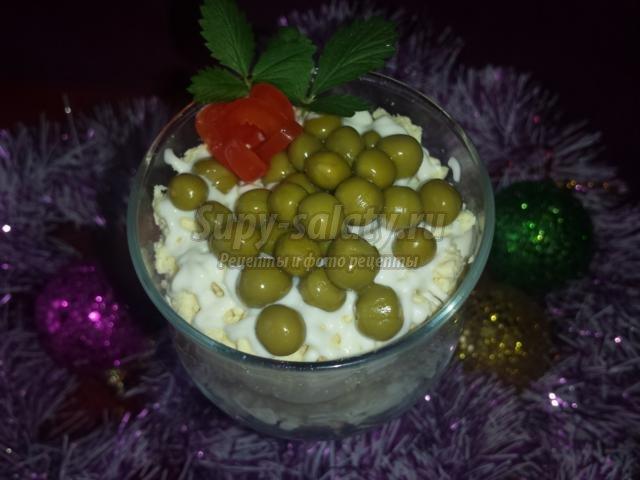 новогодний салат-коктейль с сыром, огурцом и колбасой