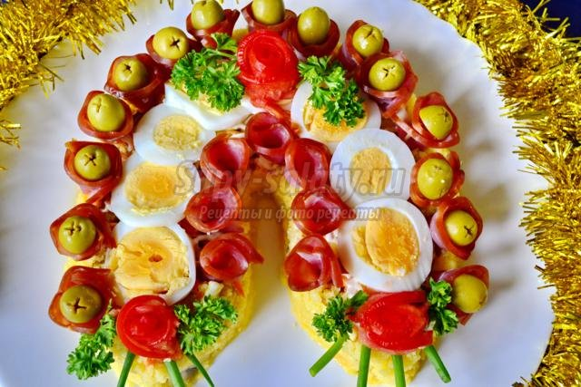 салат к Новому году с курицей, шампиньонами. Подкова