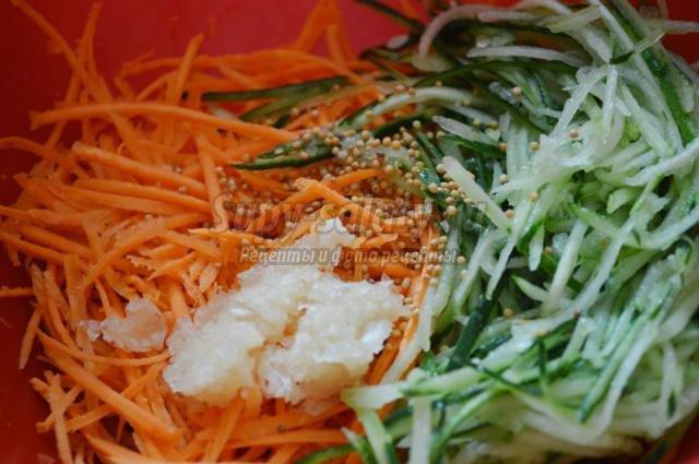 витаминный салат из моркови и огурцов