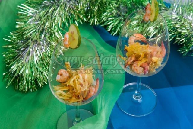 новогодний салат-коктейль с картофелем и креветками