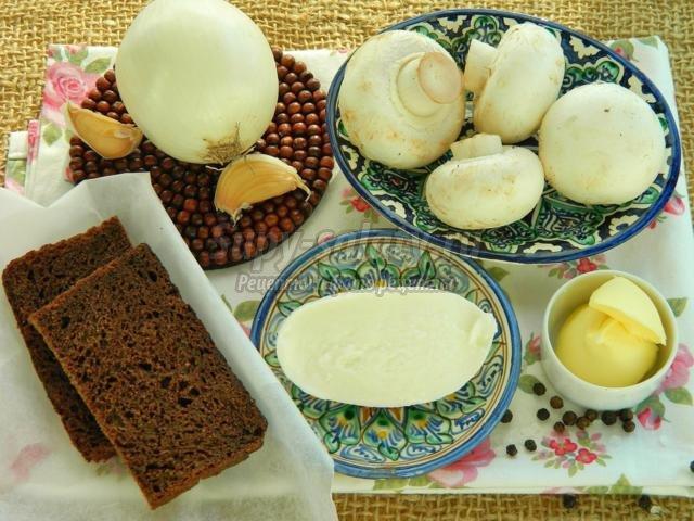 тосты с моцареллой, жареным луком и шампиньонами