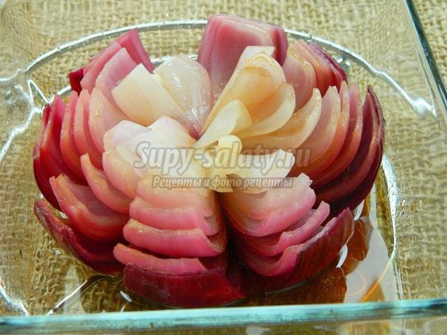 красный запеченный лук-цветок с каперсами