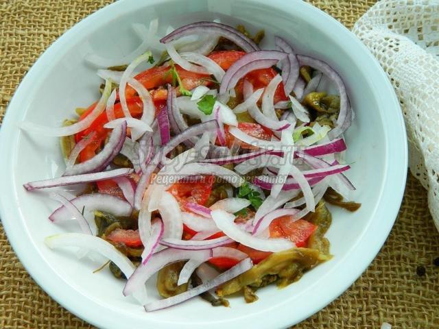 салат из свежих овощей с запеченными баклажанами