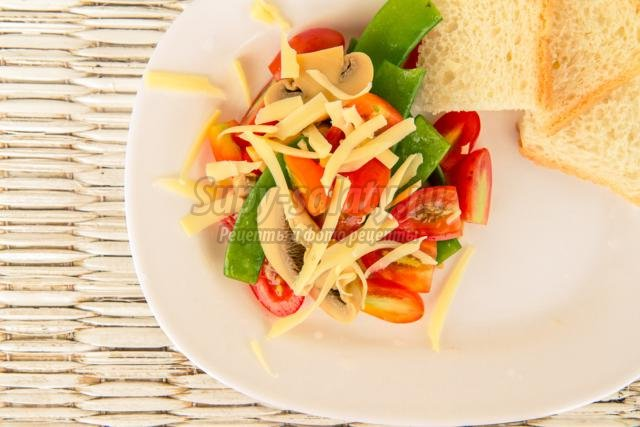 салат с шампиньонами, горошком, помидорами и сыром