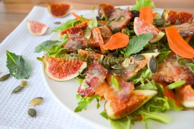 салат с инжиром, беконом и рукколой