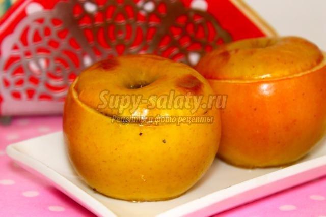 печеные яблоки с медом, орехами и маком