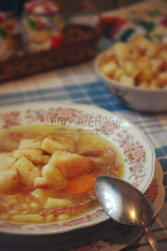 гороховый суп с копчёностями и гренками