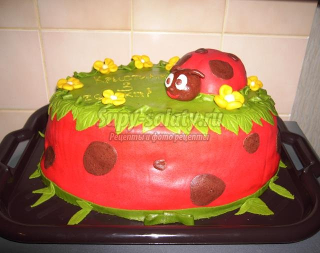 бисквитный торт со сливками, фруктами, мастикой