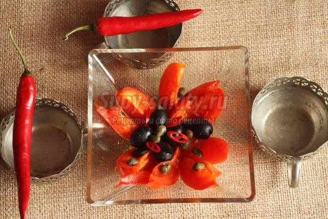 салат из помидоров с каперсами и оливками