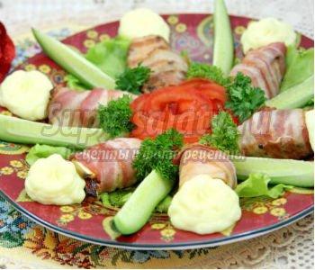 курица в беконе с картофельными розанчиками