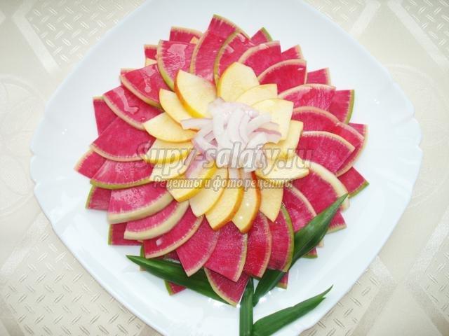 салат с арбузной редькой. Хризантема