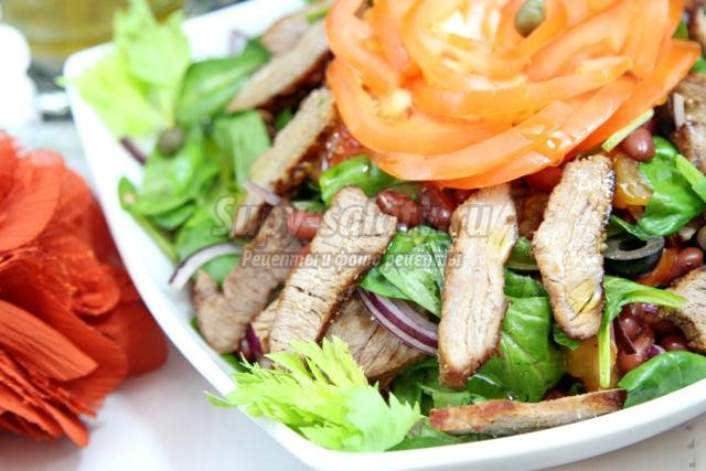 теплый салат с мясом, шпинатом и фасолью