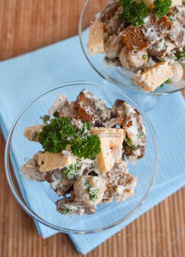 новогодний салат с курицей, сухариками и шампиньонами. Пикантный