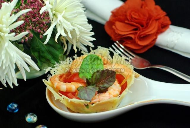 салат из креветок, рукколы и черри в корзинках