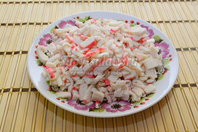 новогодний салат с крабовыми палочками и рыбным филе. Восторг