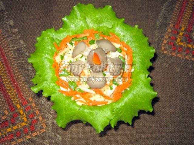 салат с грибами, яблоком и свежими овощами