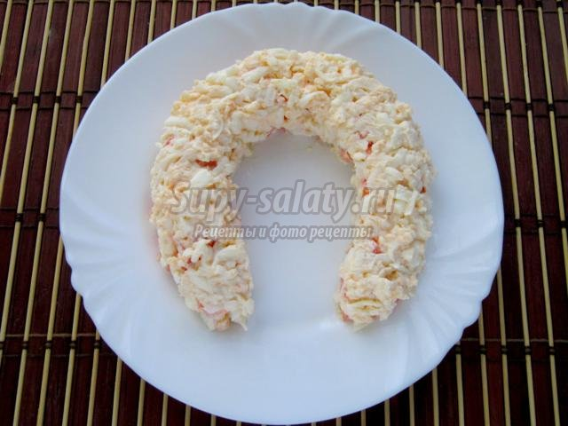 новогодний салат с курицей. Подкова на счастье