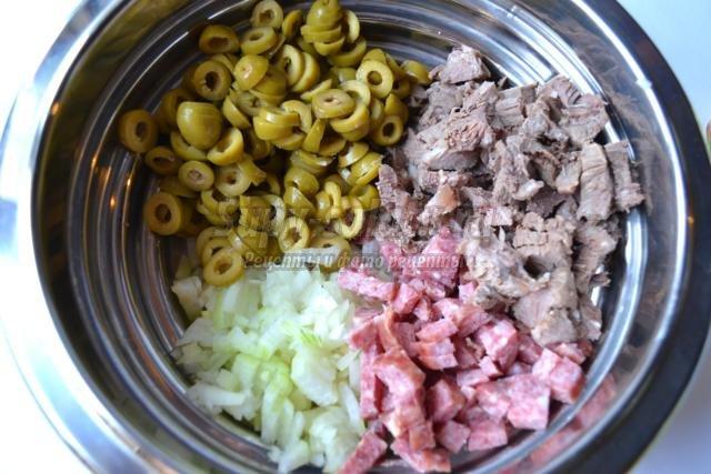 закусочный мясной салат с белокочанной капустой