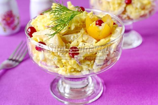 новогодний салат с кальмарами, сыром и яблоками