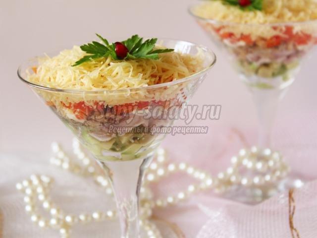 новогодний салат с копченой курицей и грецкими орехами