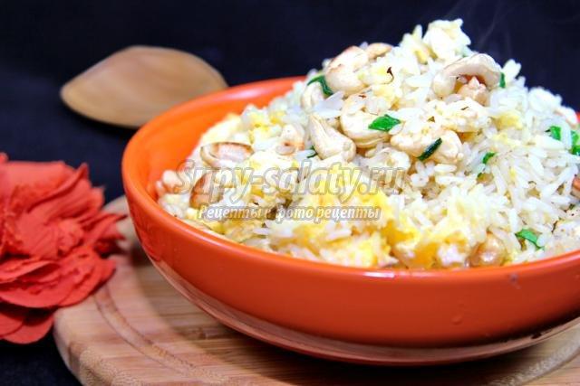 рис по-тайски с жареным яйцом и орехами