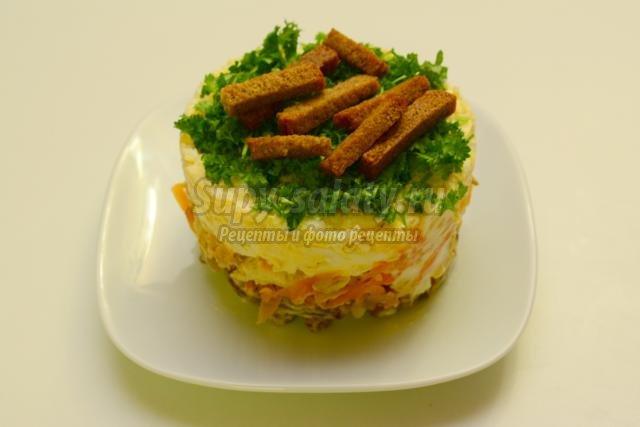 новогодний салат с курицей и сухариками. На траве дрова