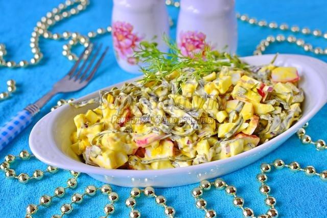 салат с крабовыми палочками и морской капустой