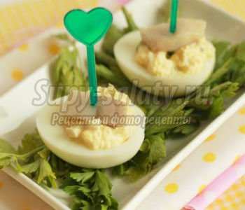 фаршированные яйца салатом из кальмаров с сельдью