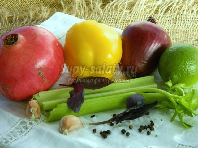 салат из сельдерея, красного лука и сладкого перца